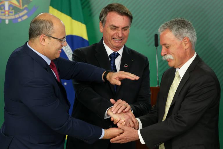 O presidente Jair Bolsonaro, acompanhado do governador do RJ, Wilson Witzel, e do CEO da Fórmula 1, Chase Carey, durante entrevista sobre a prova no Brasil