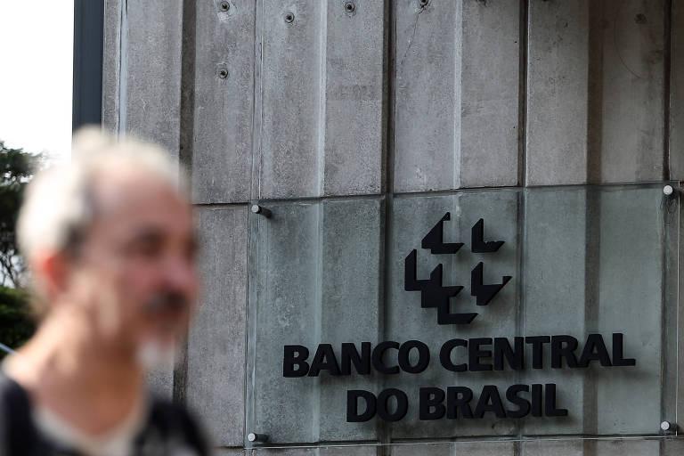 Um homem passa na frente da sede do Banco Central