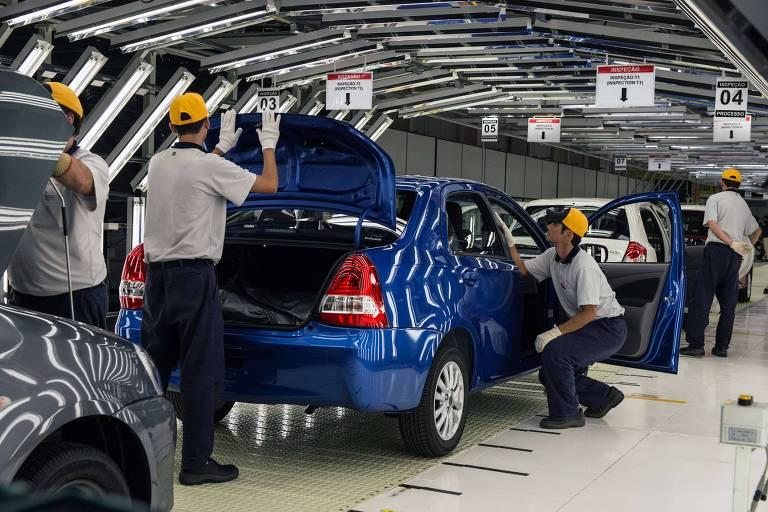 Trabalhadores da Toyota examinando o carro compacto ETIOS, em Sorocaba, a cerca de 99 km a oeste de São Paulo