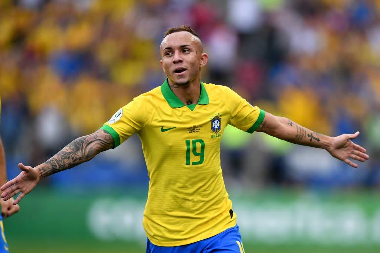 Everton comemora gol na goleada sobre o Peru, em Itaquera