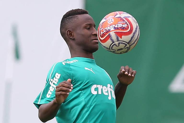 O colombiano Angulo começa a treinar com o time principal do Palmeiras