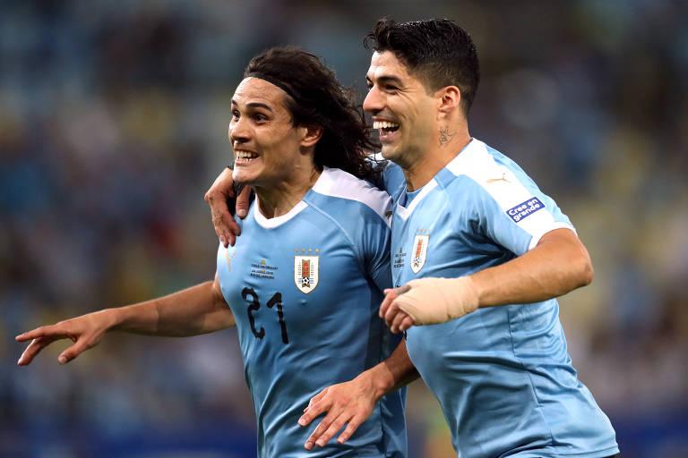 Cavani e Suárez comemoram o gol da vitória uruguaia no Maracanã