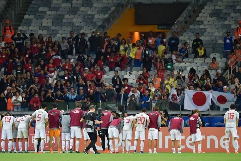 Jogadores do Japão agradecem os poucos torcedores que foram ao Mineirão