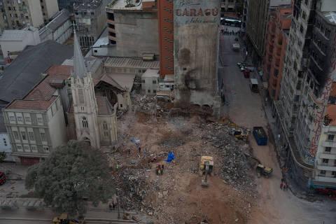 SAO PAULO - SP - 08.05.2018 -  Bombeiros seguem na busca por vítimas nos escombros do edifício Wilton Paes de Almeida, que desabou após incêndio no Largo do Paissandu, no Centro de São Paulo (SP), na tarde desta terça-feira (8). Durante a manhã foi localizado um segundo corpo.. (Foto: Danilo Verpa/Folhapress, COTIDIANO)