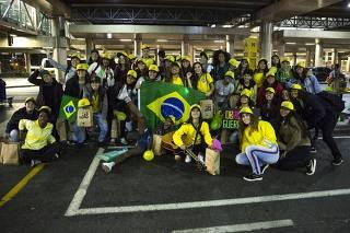 Torcedoras recebem seleção feminina de futebol no aeroporto de Guarulhos