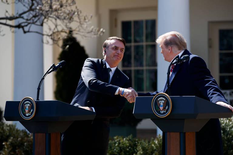 Jair Bolsonaro e Donald Trump se cumprimentam no jardim da Casa Branco
