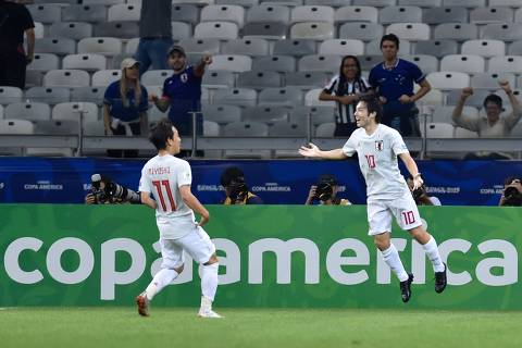 Japan's Shoya Nakajima (R) celebrates with teammate Koji Miyoshi after scoring against Ecuador during their Copa America football tournament group match at the Mineirao Stadium in Belo Horizonte, Brazil, on June 24, 2019. (Photo by Douglas Magno / AFP)