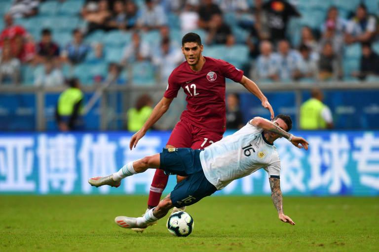 Karim Boudiaf, do Qatar, disputa bola com o argentino Rodrigo De Paul durante partida entre as duas seleções na Copa América