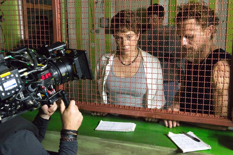 Luiza (Leandra Leal) e Ícaro ( Daniel Ribeiro) na cena em que a ativista procura rastros da mineração de ouro