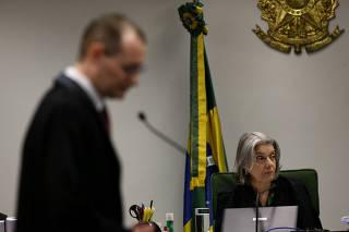 A ministra Cármen Lúcia e o advogado de Lula, Cristiano Zanin, durante julgamento
