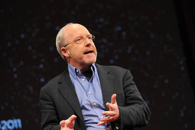 Americano John Hagel, cofundador do Deloitte Center for the Edge, se apresentando em uma palestra nos Estados Unidos