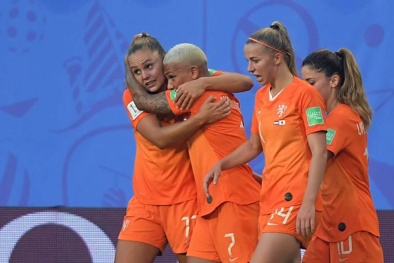 Holandesas comemoram um dos gols da vitória sobre o Japão pelas oitavas de final
