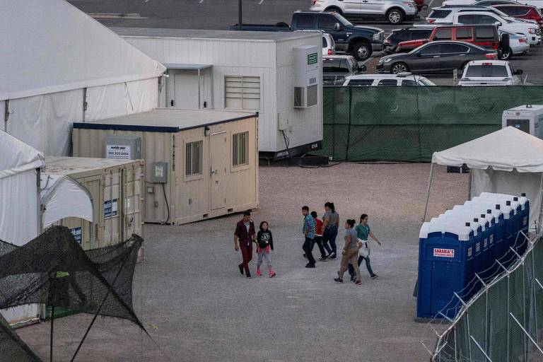 Imigrantes em instalação temporária em El Paso, no Texas