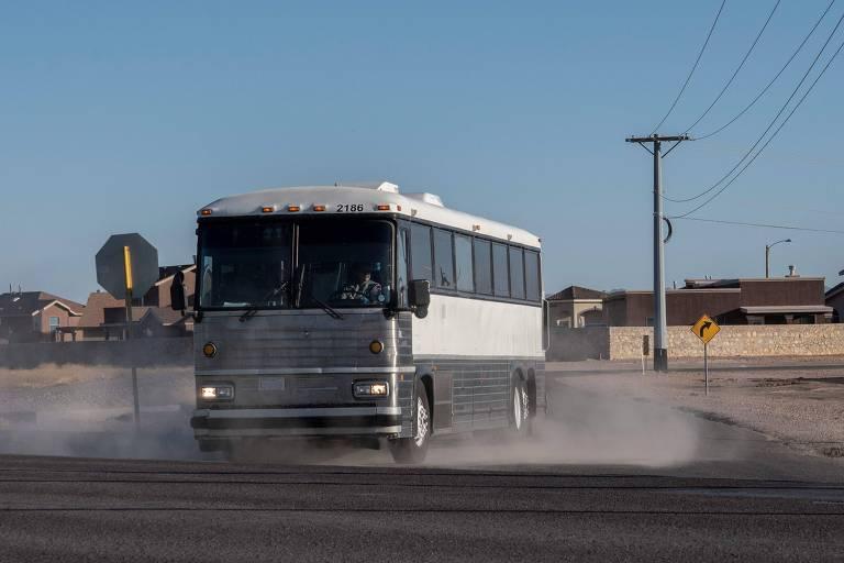 Ônibus transportando migrantes deixa acampamento em Clint, no Texas
