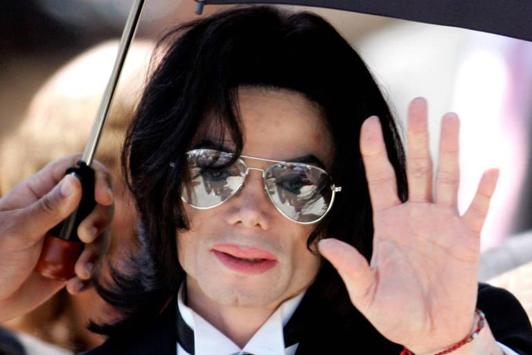 Michael Jackson acena para fãs em Santa Barbara