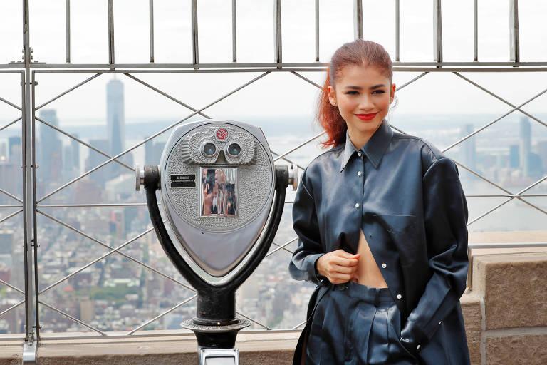 Zendaya posa para foto no Empire State, em Nova York
