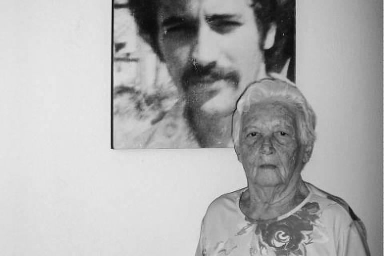 Elzita Santa Cruz em frente à foto do filho Fernando, desaparecido durante a Ditadura Militar