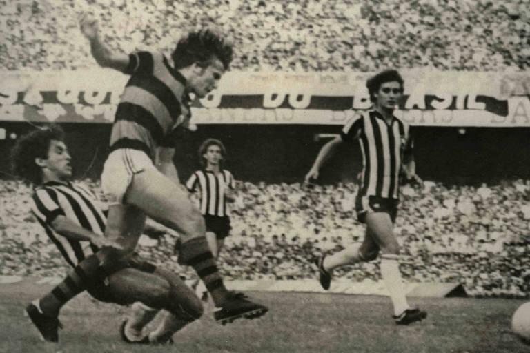 Zico em ação no Maracanã contra o Botafogo no final dos anos 70; ele foi principal jogador do time que ganhou Libertadores e o Mundial de clubes em 1981
