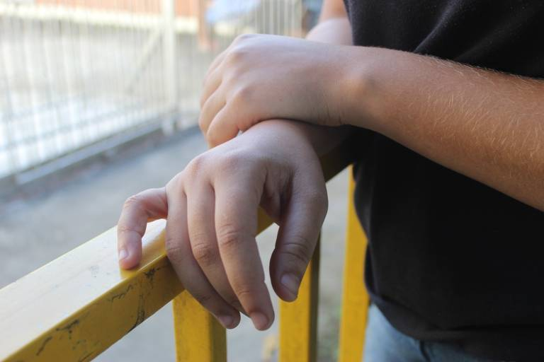 Marina, 17 (nome fictício), ficou um ano sem estudar quando era mais nova por medo de ir à escola, em Nova Iguaçu (RJ)