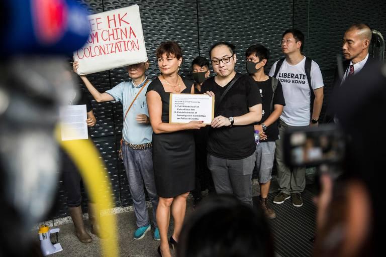 Manifestantes de Hong Kong entregam petições em consulados estrangeiros contra projeto de lei de extradição