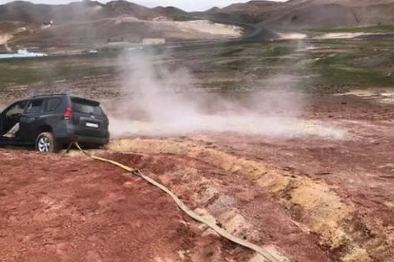 Montagem com quatro fotos de carro atolado em lama
