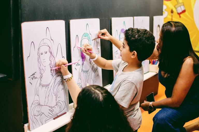 As oficinas da exposição ensinam técnicas de pintura e desenho para crianças