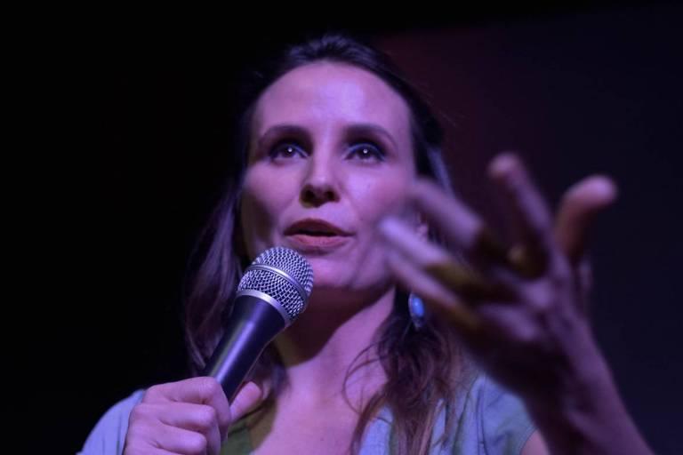 """A diretora Petra Costa em debate do filme """"Democracia em Vertigem"""", na Casa do Baixo Augusta, em São Paulo"""