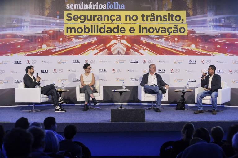 O jornalista Fabrício Lobel (esq.), Vivi Tiezzi, da Iniciativa Bloomberg, o consultor em segurança viária Horácio Figueira e o presidente do Sindimoto-SP, Gilberto Almeida