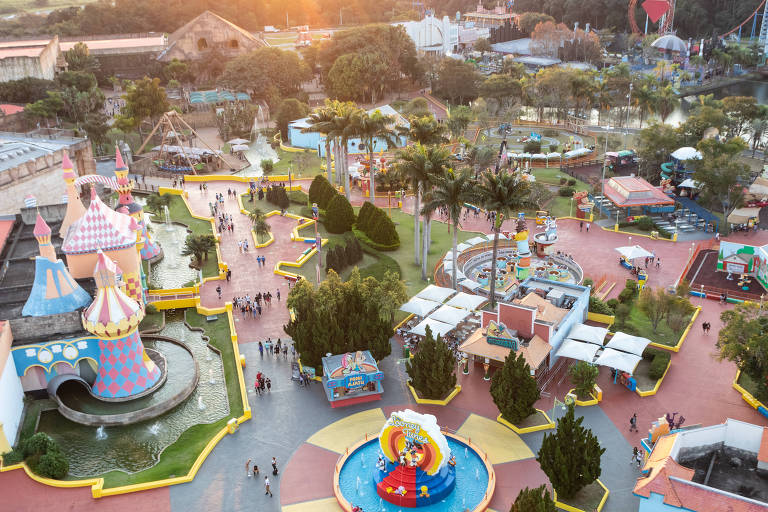 Parque temático visto de cima, com brinquedos coloridos