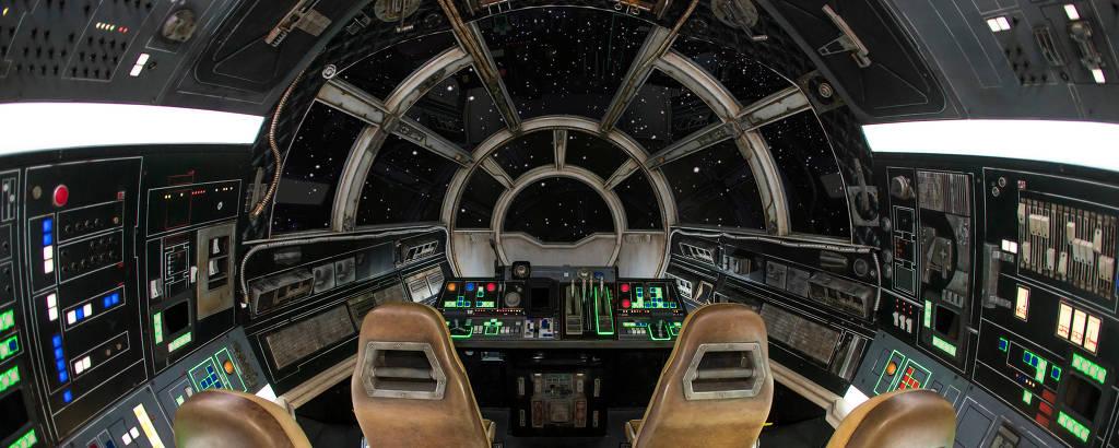 Cabine da nave Millennium Falcon, atração da área Star Wars Galaxy's Edge, na Disney da Califórnia