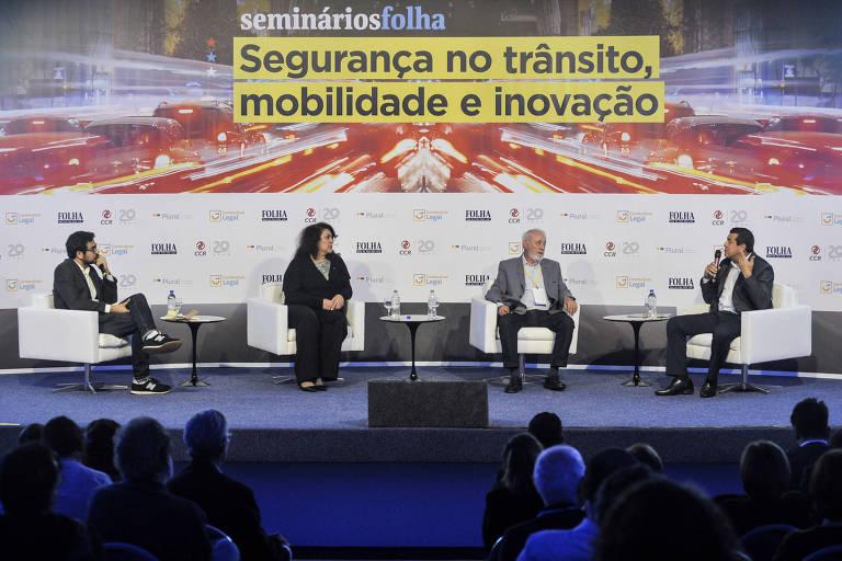 Everton Lopes Batista, jornalista da Folha (esq.); Christiane Yared, deputada federal (PL-PR); Ivan Whately, do Instituto de Engenharia; Diumar Bueno, presidente da CNTA