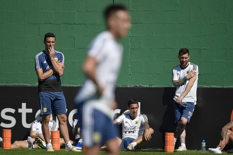 Lionel Scaloni e Lionel Messi observam o treino da seleção argentina