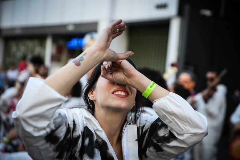 Jovem em protesto simula, com as mãos, uso de telescópio