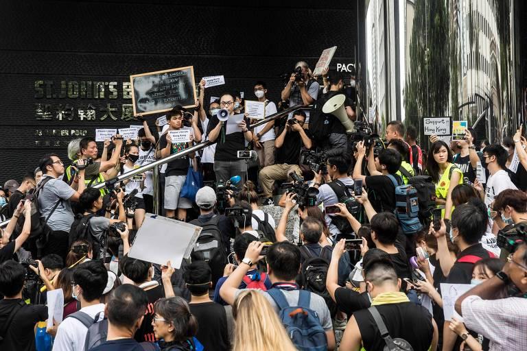 Manifestantes em frente ao escritório da União Europeia em Hong Kong