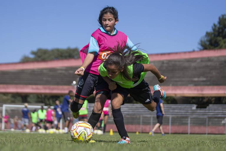Meninas entre 14 a 17 anos participam de peneira organizada pela Federação Paulista de Futebol
