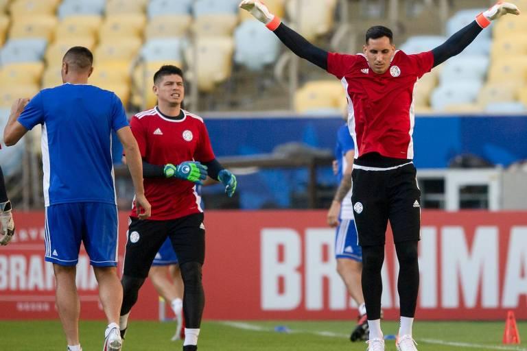 O goleiro Gatito Fernandez, de braços erguidos, realiza exercícios físicos durante treino da seleção paraguaia
