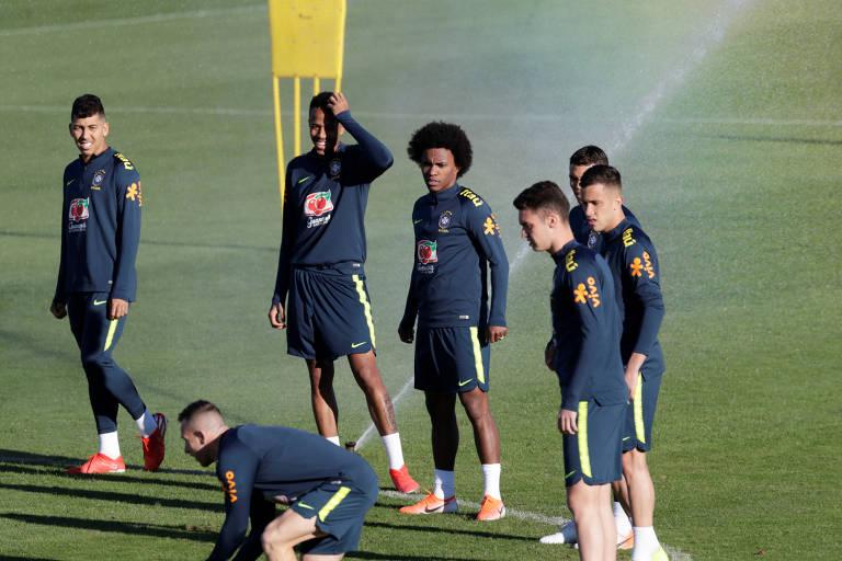 Jogadores da seleção brasileira durante treino nesta quarta (26) em Porto Alegre