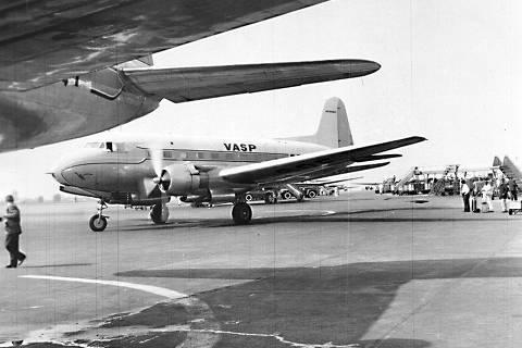 ORG XMIT: 062301_0.tif Avião da Vasp no primeiro dia da ponte aérea Rio-São Paulo, em 06 de julho de 1959, no aeroporto de Congonhas, em São Paulo. (São Paulo, SP, 06.07.1959. Foto: Folhapress)    PONTEAEREA-ESPECIAL3 ORG XMIT: AGEN1011281111352540