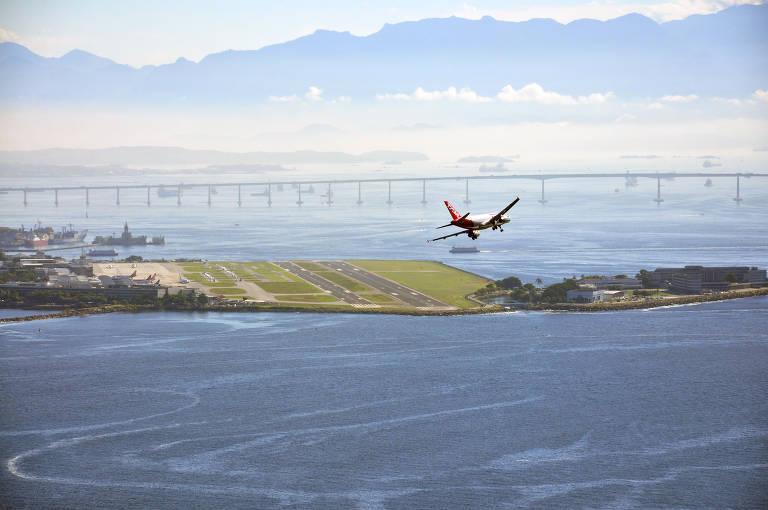 Avião sobrevoa arredores do aeroporto Santos Dumont, no centro do Rio de Janeiro