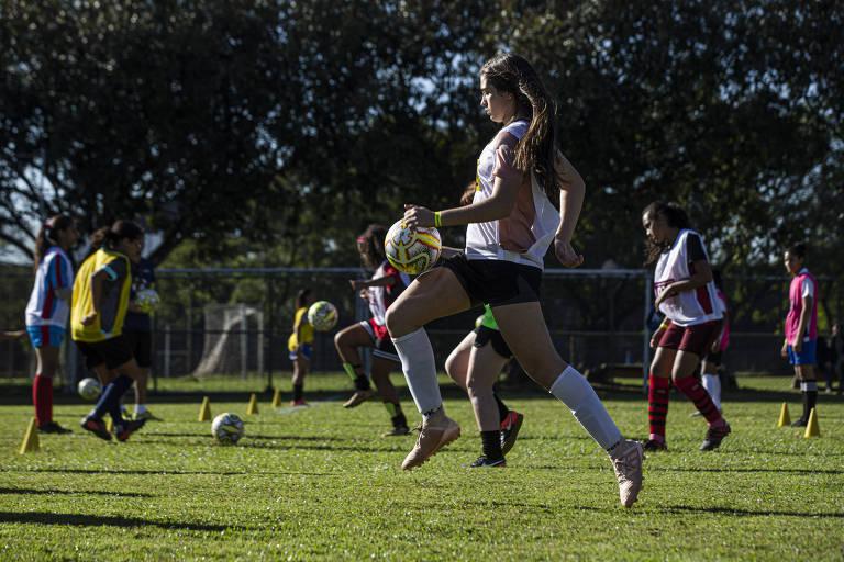 Federação Paulista de Futebol faz peneira com meninas
