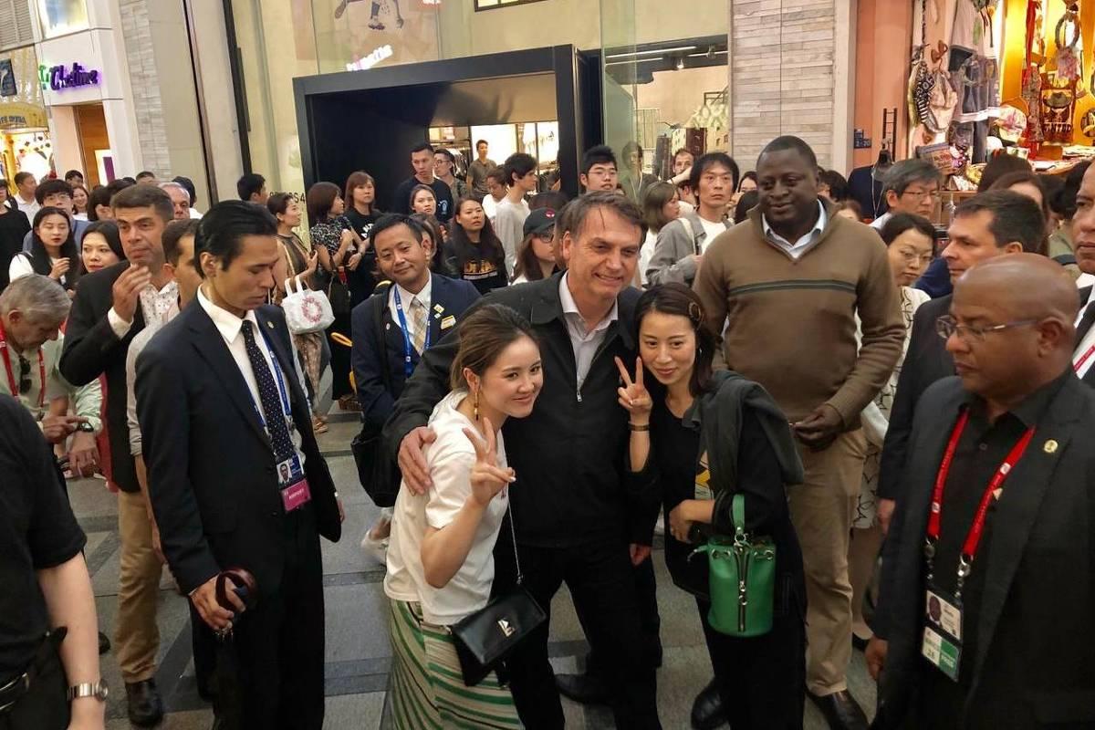 Sem agenda oficial, Bolsonaro passeia em comércio e vai a churrascaria no Japão