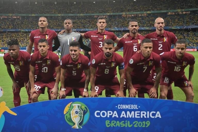 Jogadores da Venezuela, com uniforme grená, posam para foto de grupo antes do empate com o Brasil na Copa América 2019 na Arena Fonte Nova, em Salvador