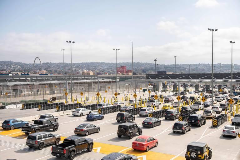 Carros aguardam em San Ysidro, na Califórnia, para cruzar a fronteira entre os EUA e o México