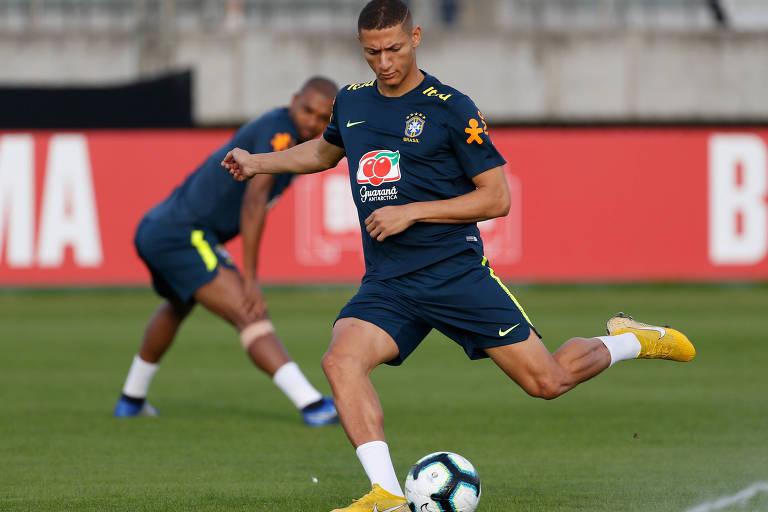 Richarlison em treino da seleção brasileira em Porto Alegre