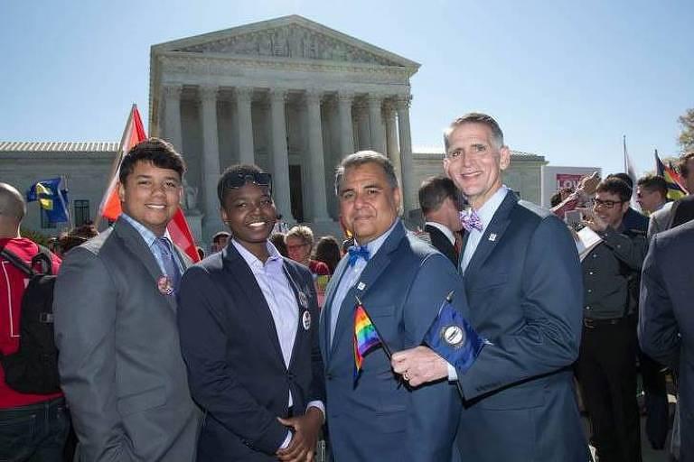 Greg Bourke (dir.) e Michael DeLeon com os filhos Isaiah e Bryson em frente à Suprema Corte em Washington