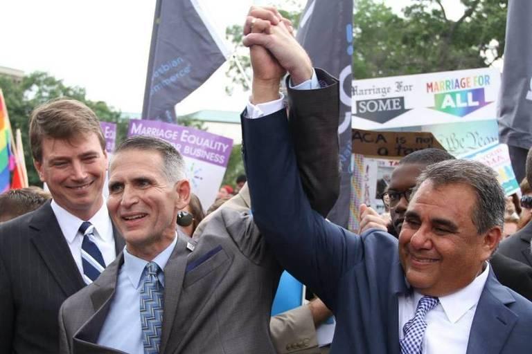 Greg Bourke (esq.) e Michael DeLeon, casal do Kentucky cujo caso foi um dos que deram origem à decisão da Suprema Corte legalizando o casamento gay nos EUA