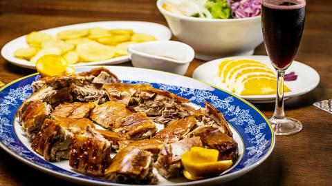 SAO PAULO, SP, BRASIL, 19-02-2015, 17h03: Leitao a bairrada, do restaurante Rancho Portugues, para capa do caderno de comida. (Foto: Eduardo Anizelli/Folhapress, COMIDA) ***EXCLUSIVO*** ORG XMIT: _NIZ7219.CR2 ORG XMIT: AGEN1502192051590326