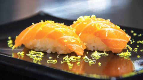 Aoyama - Niguiri de salmão trufado com raspas de limão siciliano