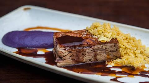 Leitão com purê de batata-doce roxa e farofa integra o menu de Réveillon do restaurante A Figueira Rubaiyat