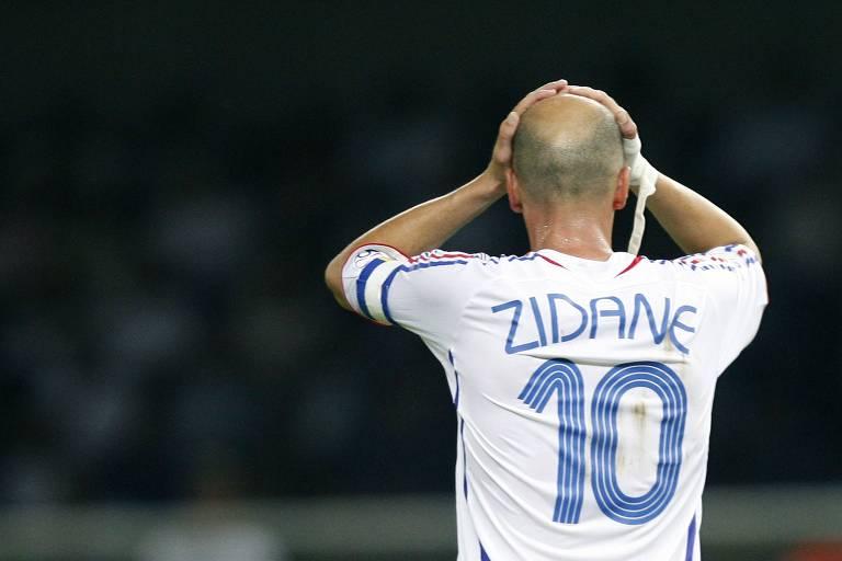 Zidane leva as mãos à cabeça após ser expulso por dar uma cabeçada em Materazzi na final da Copa da Alemanha, em 2006